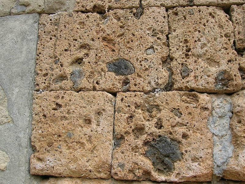 Blocchi di tufo materiali per il giardino - Mattoni in tufo per giardino prezzi ...