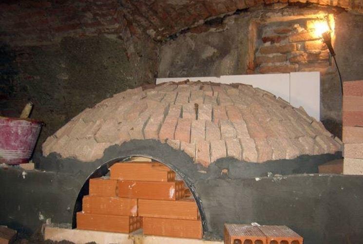Cupola di un forno a legna in costruzione