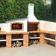 Comodo e moderno barbecue in muratura con varie basi di appoggio e vani