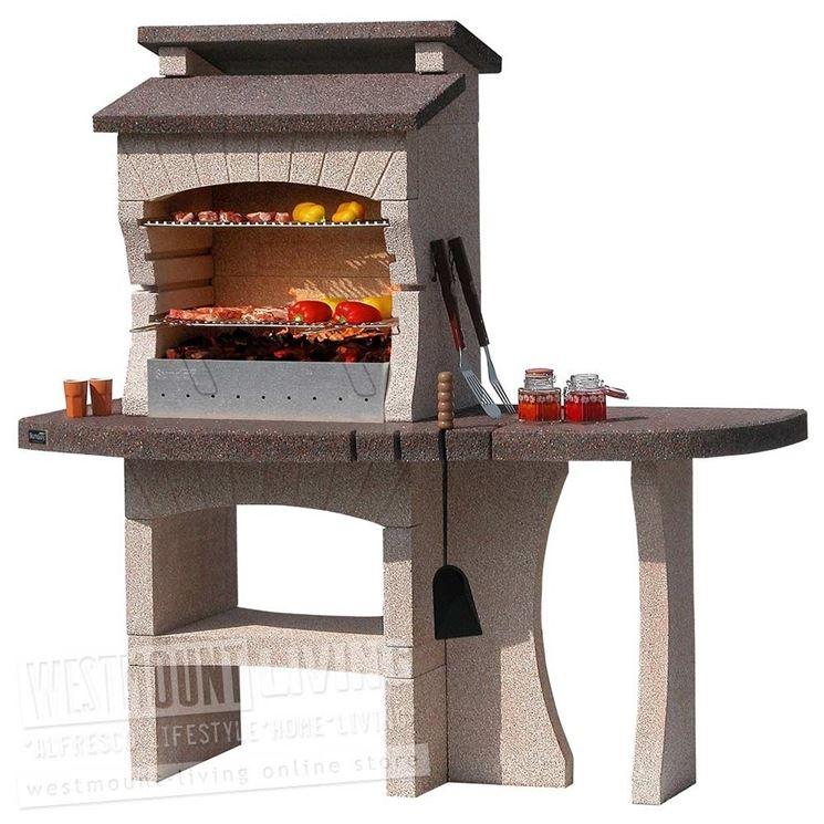 Un barbecue preasseblato con tavolino