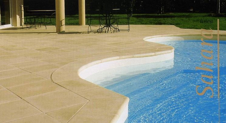 Una piscina che ha un ottimo coordinamento con la casa