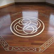 Pavimento in legno con decorazioni