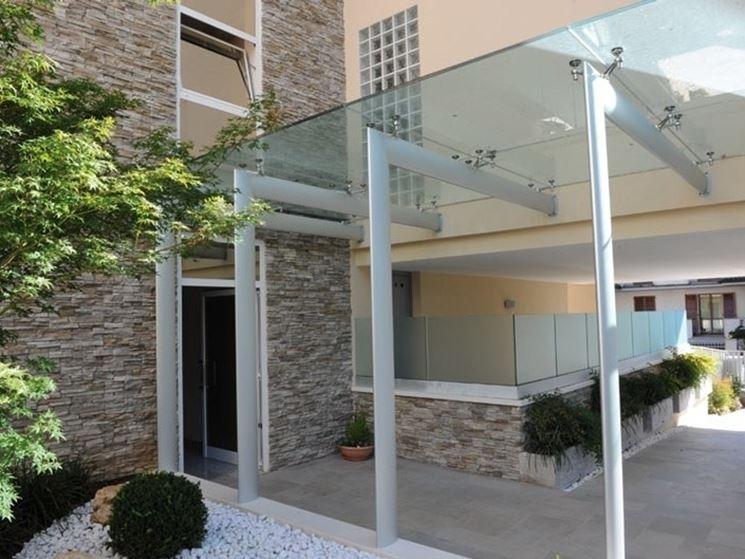 pensilina in vetro edificio