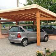 Un esempio di tettoia per auto con un telone come copertura
