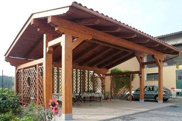 Un esempio di tettoia in legno per auto a casetta