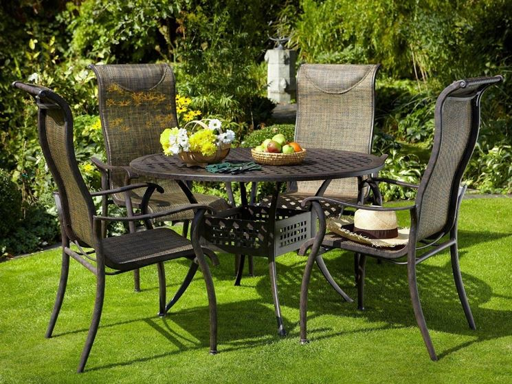 Sedie da giardino in ferro tavoli e sedie for Tavoli e ombrelloni da giardino