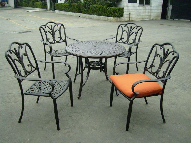 Tavolo da giardino tavoli e sedie - Tavoli da giardino in ferro battuto e mosaico ...