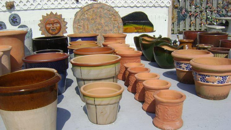 Diversi tipi di vasi per piante