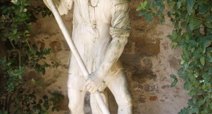 Una scultura raaffigurante un uomo con una vanga