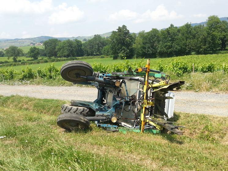 Ribaltamento di un trattore scavallatore