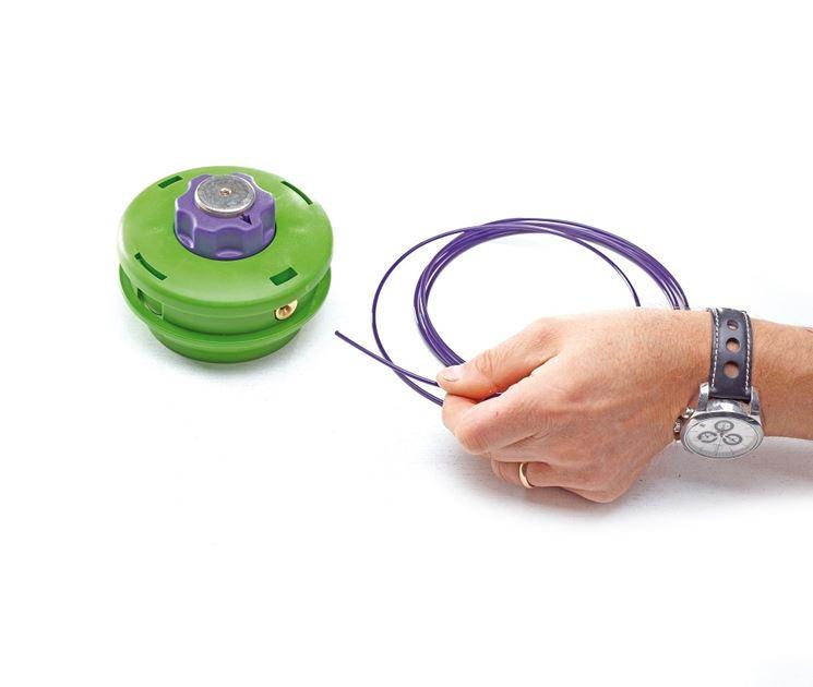 Montaggio del filo in nylon su una testina per decespugliatore