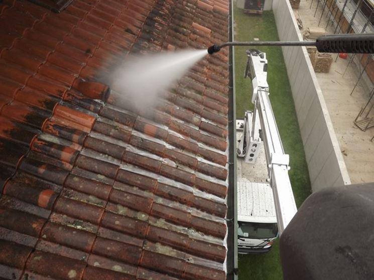 Idrolavaggio di un tetto d'appartamento.