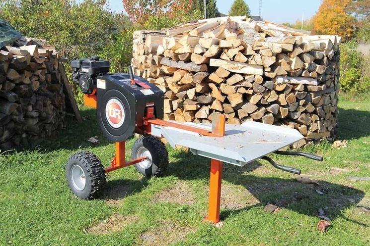 Della legna appena tagliata con lo spaccalegna