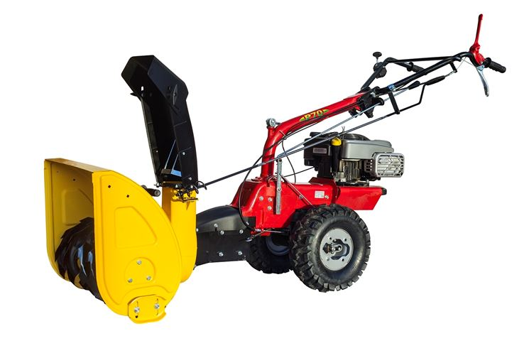 Spazzaneve a motore di colore giallo e rosso