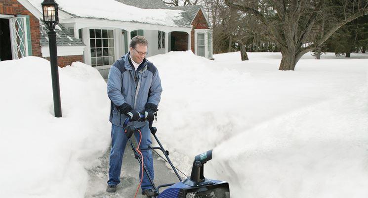 uomo con turbina neve nel cortile