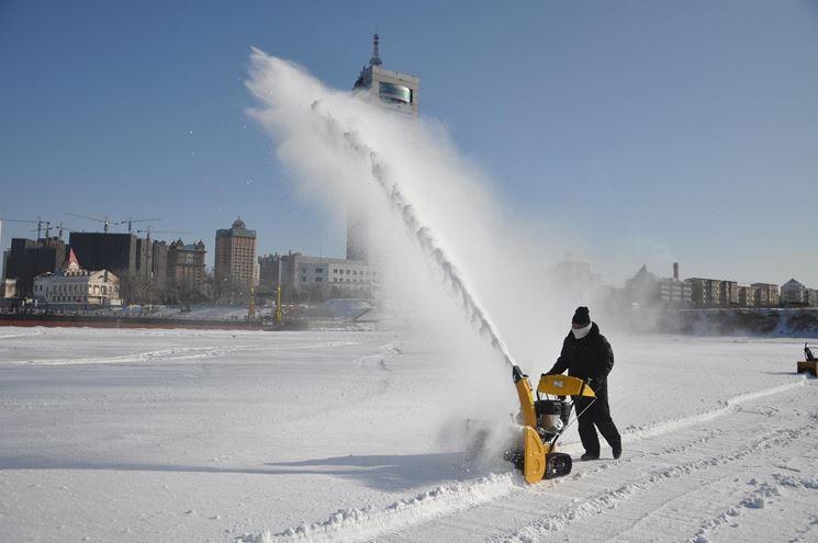 uomo con turbina da neve in paesaggio cittadino
