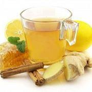 Il decotto di zenzero in tazza, con limone e miele