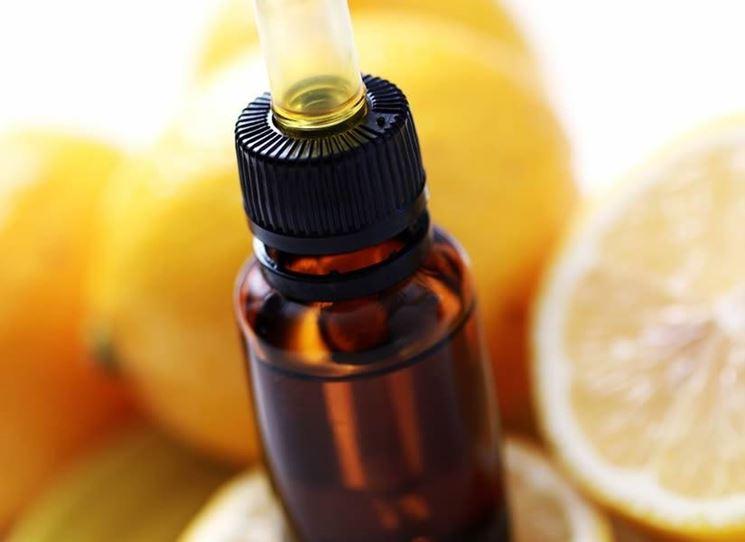 Boccetta con olio essenziale di limone