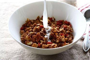 Le bacche di Goji a colazione con mandorle e cereali.