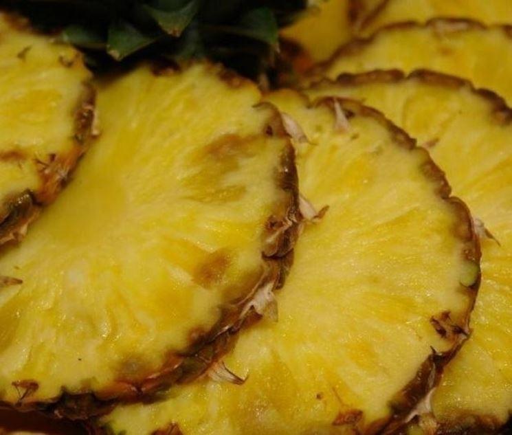 L'ananas è uno dei cibi diuretici più conosciuti e più apprezzati