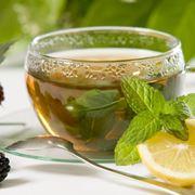 Una tazza calda di tisana depurativa con limone
