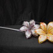 Fiori di vetro a sei petali di colore giallo e rosa