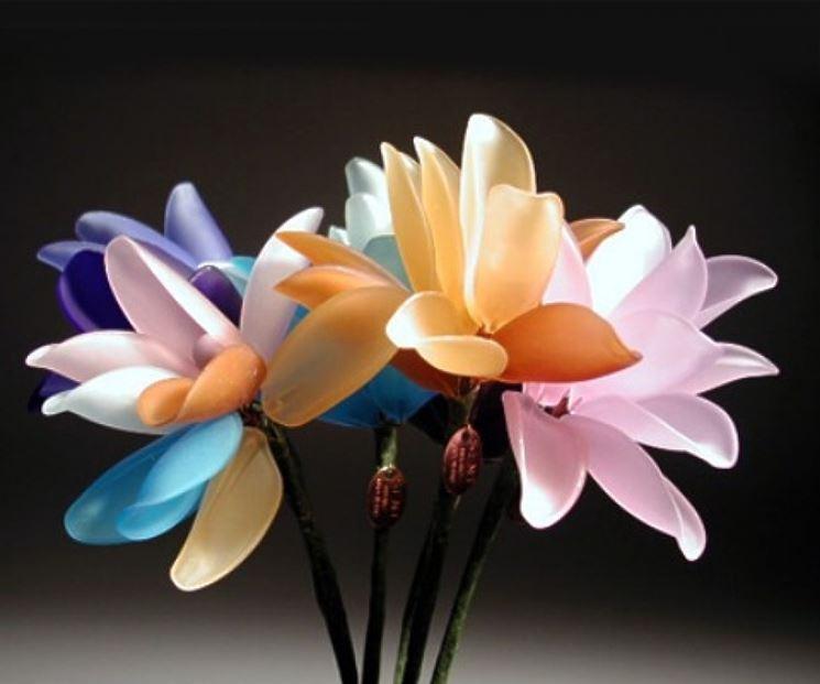 Fiori di vetro realizzati in differenti colori
