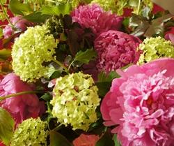 Composizione di fiori finti