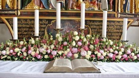 Addobbi floreali chiesa composizione fiori for Decorazione x cresima