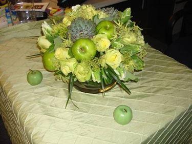 composizione floreale con frutta