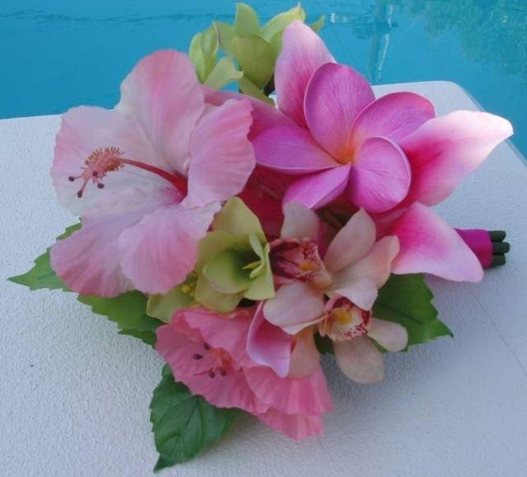 Bouquet da sposa arricchito con fiori di ibisco