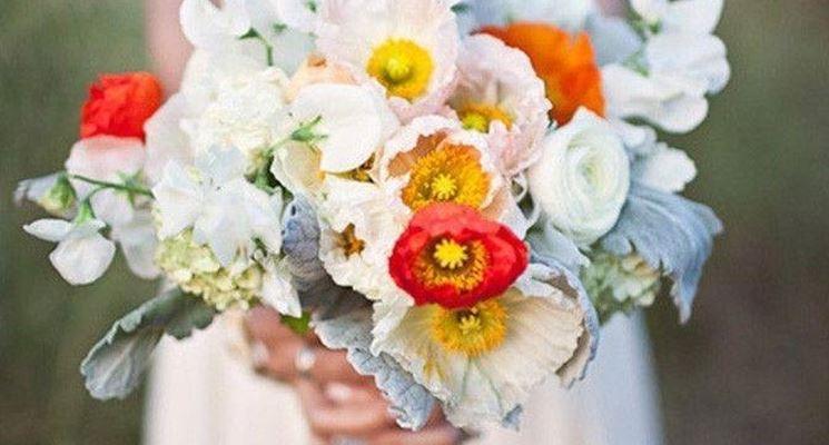 Un bel bouquet con tanti papaveri variopinti