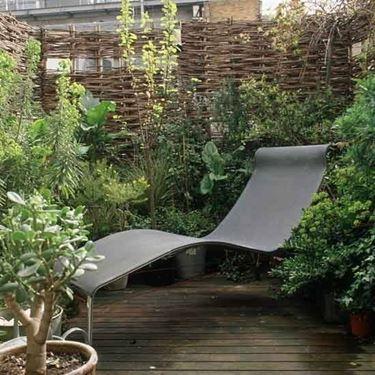 Piccolo terrazzo con sedia sdraio   Fonte foto ( http://www.housetohome.co.uk )