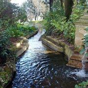 Il canale del dagone all'interno dei giardini