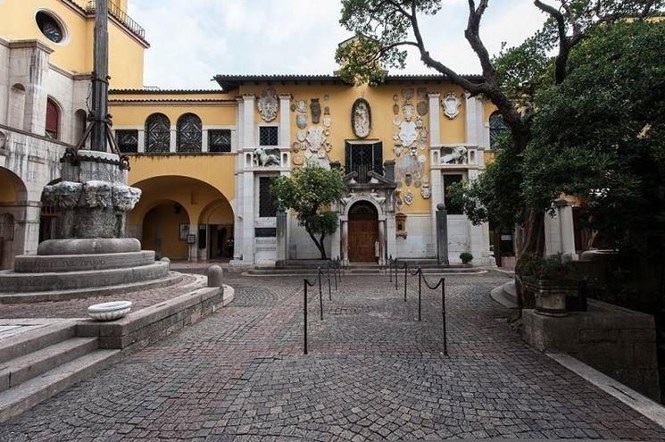 La piazzetta Dalmata con la facciata della Prioria