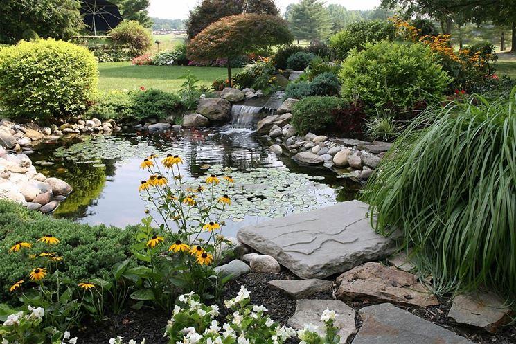 giardino con piccolo laghetto