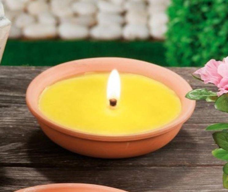 Una candela di citronella