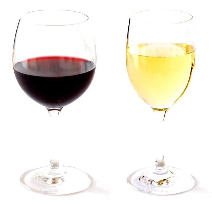 Gioco di contrasti tra vino bianco e rosso