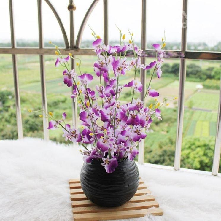vaso con orchidee finte
