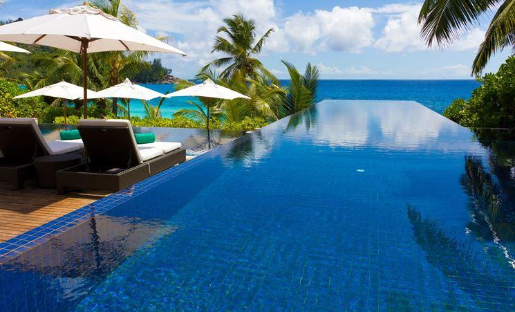 Piastrelle bordo piscina in bicottura blu